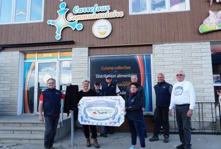 Un chèque de 7 010 $ est remis au Carrefour communautaire